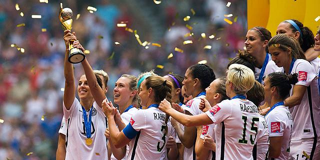 """נבחרת הנשים של ארצות הברית חוגגת אליפות עולם. הרייטינג הכי גבוה למשחק כדורגל בארה""""ב, צילום: אי פי איי"""