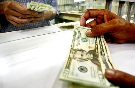 המזומנים הגשמיים עדיין מציפים את העולם