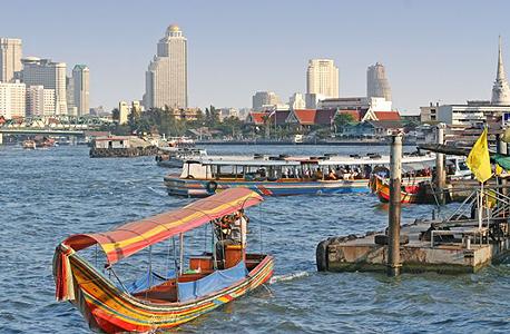 נהר צ'או פראיה בתאילנד, ברקע בנגקוק