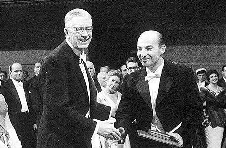 """האב, פרופ' ארתור קורנברג, מקבל פרס נובל ב־1959. """"לא חשבתי שאבא שלי הוא מדען טוב במיוחד"""""""