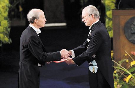 """קורנברג מקבל פרס נובל בכימיה ב־2006. """"זו עובדה מאוד מעניינת שבערך חצי מכל זוכי פרס הנובל אי פעם היו סטודנטים של זוכי פרס נובל אחרים"""""""
