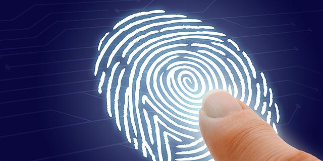 טביעת אצבע. בזיהוי פלילי, ניתוח טביעות אצבע היא שיטה פחות מדויקת ממה שנדמה. באחרונה מתגלים עוד ועוד מקרים של אנשים שהורשעו על סמך טביעת אצבע של מישהו אחר, צילום: שרארסטוק