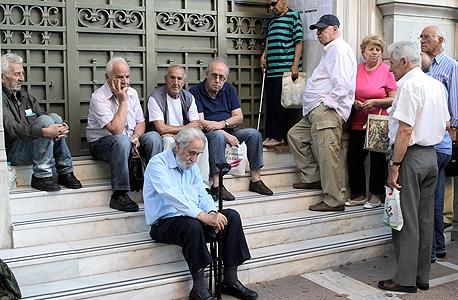 יוון אתונה קשישים ליד בניין הבנק המרכזי פנסיה, צילום: אי פי איי