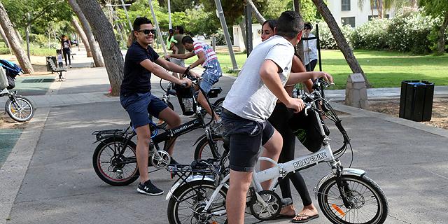 כל הכלים החשמליים, בהם הקורקינט, האופניים וההוברבורד, אסורים בשימוש לילדים מתחת לגיל 16, צילום: יריב כץ