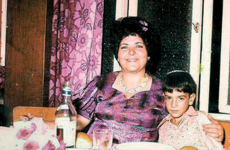 1969. אלי אורגד, בן 10, עם אמו יהודית בחתונה בנתניה