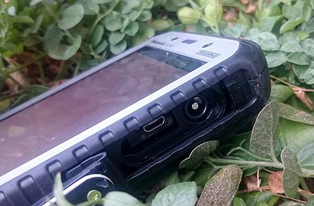 שקע הטעינה וה-USB מחופים, כדי למנוע חדירת רטיבות ולכלוך, צילום: ניצן סדן