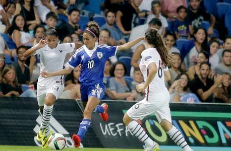 """הנבחרת אמש נגד צרפת. נגמר 4-0. שרון זאבי, מנהלת פרויקט כדורגל הנשים בהתאחדות: """"השטח איננו ערוך לספק לשחקניות מעטפת מקצועית ראויה"""""""