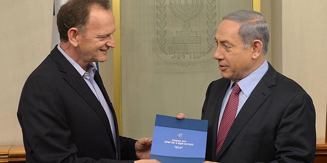 """לוקר מגיש את הדו""""ח לנתניהו, צילום: לע""""מ"""