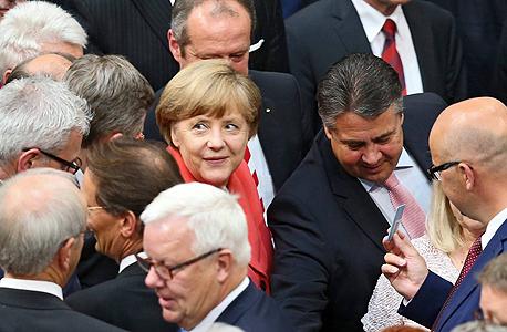 קנצלרית גרמניה אנגלה מרקל בהצבעה על תוכנית החילוץ בפרלמנט הגרמני, צילום: אי פי איי
