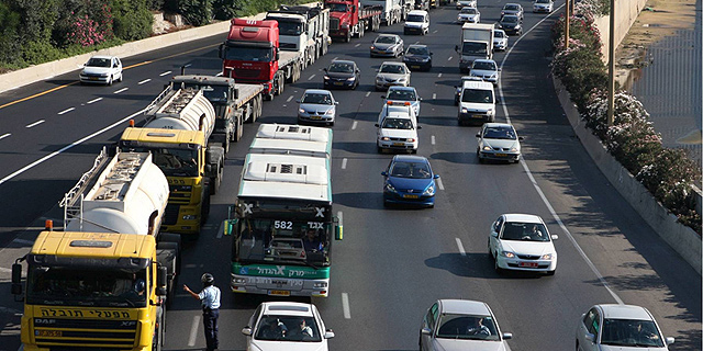 בעקבות עבודות הרכבת: משרד התחבורה יצמצם כניסת משאיות לגוש דן
