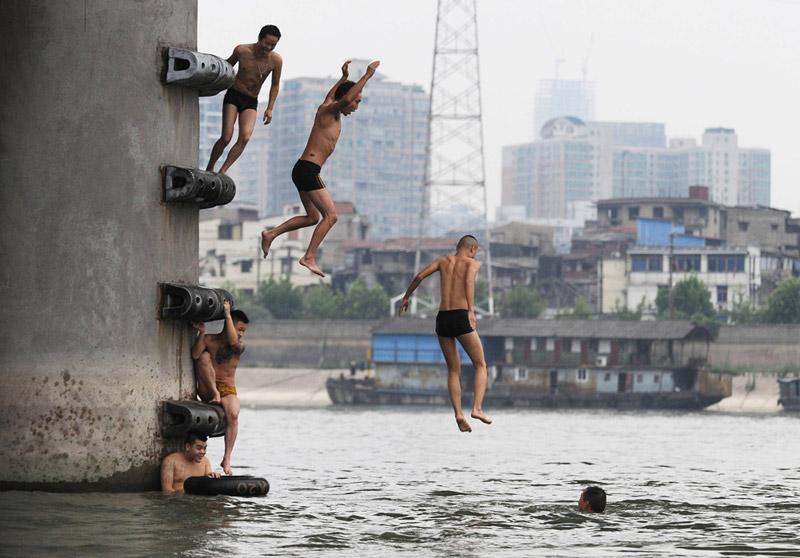 ילדים מזנקים אל נהר האון שבסין, צילום: איי אף פי