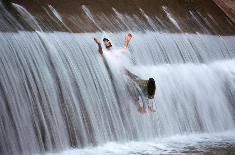 47 מעלות בצל. אדם מתקרר במי נהר ליד איסלמבאד, פקיסטן, צילום: איי פי