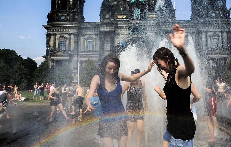 הברלינאים, גם הם, מנסים להתמודד עם החום, צילום: CFP