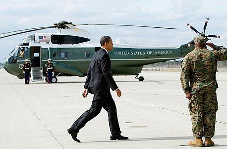 """נשיא ארה""""ב ברק אובמה על רקע המסוק הנשיאותי Marine One, צילום: רויטרס"""