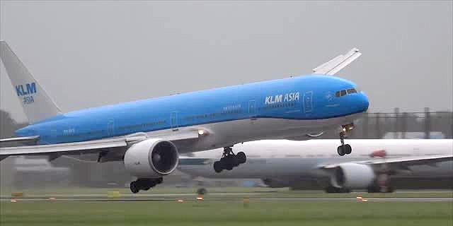 מטוס ה- KLM רגע לפני הנחיתה בסכיפהול , צילום: youtube