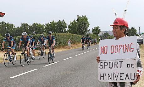 שלט מחאה נגד סמים בספורט בטור דה פראנס. 65% מהרוכבים בזמנו של לאנס ארמסטרונג השתמשו בסמים ממריצים