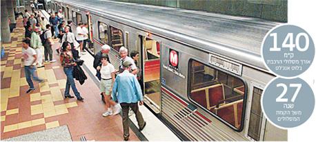 נוסעים עולים ויורדים מקרון הרכבת התחתית בתחנת הוליווד, לוס אנג'לס