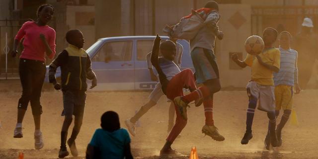 דיווח: כדורגלנים קטינים מאפריקה נשלחים לאסיה ונאלצים לחתום על חוזים