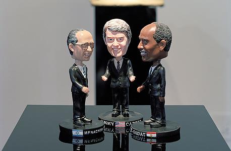 בובות של בגין קארטר וסאדאת שארז יצר לביאנלה בוונציה ב־2012. מזכרות ככלי שמייצר מוּדעוּת