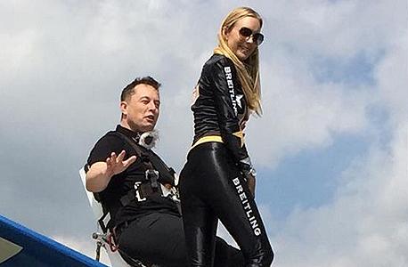 אלון מאסק ו אשתו טלולה ריילי על כנפי מטוס