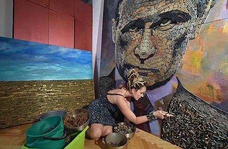 הכדור בידיים של פוטין דריה מרצ'נקו אמנית פורטרט של נשיא רוסיה ולדימיר פוטין פני מלחמה, צילום: איי אף פי
