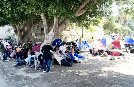 פליטים למרגלות המבצר של קוס