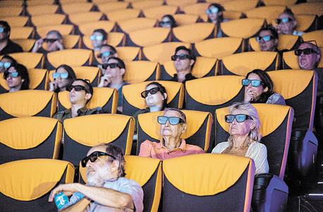 """צופים במסך איימקס ביס פלאנט החדש בירושלים. """"כל קולנוע שנפתח עדיין עושה לי את זה, אבל בירושלים במיוחד. הגיע הזמן להביא את הקולנוע שם לשנות האלפיים"""""""