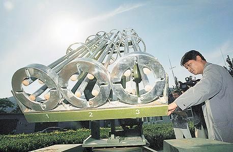 """משגר רקטות שמשמש ל""""הזרעת עננים"""" בסין. משגרים כאלה הבטיחו שמים כחולים באירועי הפתיחה של אולימפיאדת בייג"""