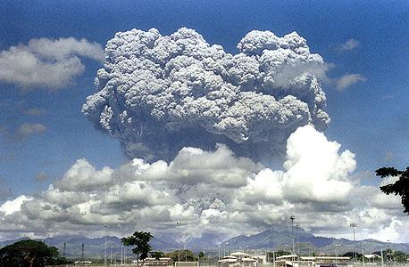 """פטריית האבק הוולקני שהיתמרה ב־12 ביוני 1992 מהר פינטובו בפיליפינים וגרמה לקירור כדור הארץ. קלדירה: """"אפשר לשחזר את זה בהדרגה, ובאופן פחות מסוכן"""", צילום: איי אף פי"""