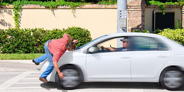 פגע בהולכת רגל - והיא תפצה אותו על נזקים לרכבו