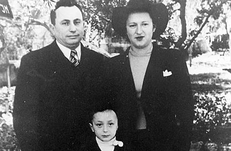 1942. חנינא ברנדס, בן חמש, עם הוריו גבריאל וחנה בחיפה