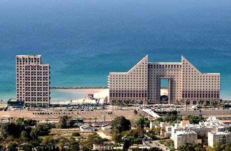 מימין: מגדלי חוף הכרמל ומלון לאונרדו חיפה