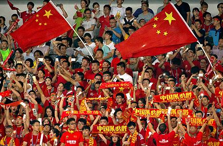 """אוהדי כדורגל בסין. מנכ""""ל החברה הרברט היינר אמר החודש שאינו מעריך כי הצמיחה של החברה בסין תסתיים, זאת על אף ההאטה הכלכלית האחרונה, מכיוון שיותר ויותר צרכנים מתעניינים בכדורגל."""