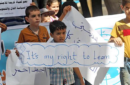 """תלמידים פלסטינים מפכינים בעקבות שביתה בסוכנות אונר""""א, צילום: איי אף פי"""