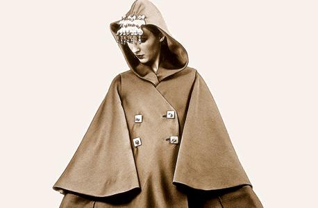 """גלימה, 1965. מתוך הקטלוג """"פיני לייטרסדורף מעצבת אופנה"""" בעריכת דוד טרטקובר, צילום: david tartakover"""