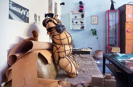פרט מהמיצג Afrotrance, מוזיאון ישראל. ספק שריון אנושי, ספק חליפת עינויים