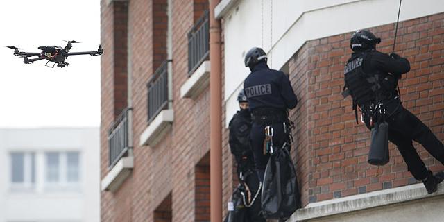 שוטרים ולצידם רחפן