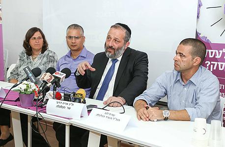 """מימין מנכ""""ל משרד הכלכלה עמית לנג ו שר הכלכלה אריה דרעי ו רן קויתי, צילום: ישראל סאן"""