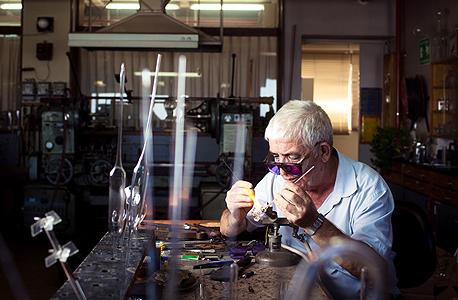 """בן סימון בסדנה בטכניון. """"ראיתי איך מחממים את הזכוכית ומושכים אותה, וזה נראה לי כמו הדבר הכי יפה בעולם"""""""