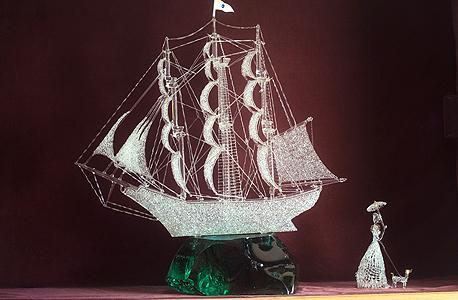 """הספינה שיצר בן סימון מזכוכית לפי """"קו אונידין"""". יש גם פסלי נשים, ברבורים ועקרבים"""