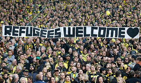אוהדי דורטמונד תומכים בפליטים. , צילום: איי פי