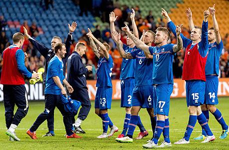 נבחרת איסלנד. הליגה האיסלנדית היא חצי מקצוענית ורק מעטים מהכדורגלנים האיסלנדים במדינה יכולים להתרכז אך ורק בכדורגל (במשך 7 חודשים לא משחקים כדורגל בכלל על האי) אבל עם יותר מ-90 מקצוענים ברחבי אירופה, לאיסלנדים יש מבחר שחקנים די גדול. בטח ביחס לאוכלוסייה שלהם, צילום: איי אף פי
