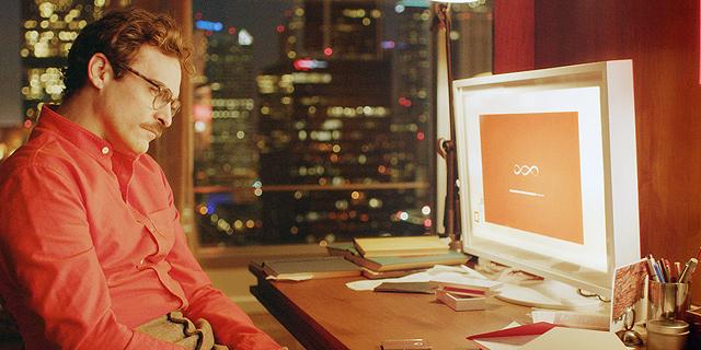 """חואקין פיניקס כגיבור הסרט """"היא"""". """"יכולה להיות לי חברה וירטואלית שאגדיר לה אוסף תכונות אופי. תהיה לנו חברות עמוקה ואני יכול לראות איך אפשר להתאהב בה"""" , צילום: איי אף פי"""