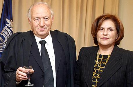"""רות ומישאל חשין בטקס מינויו למשנה לנשיא בית המשפט העליון, 2005. """"אנחנו מפגש של שתי אישיויות סוערות. אולי דווקא בגלל זה נשארנו יחד"""""""