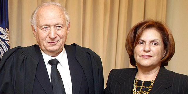 """רות ומישאל חשין בטקס מינויו למשנה לנשיא בית המשפט העליון, 2005. """"אנחנו מפגש של שתי אישיויות סוערות. אולי דווקא בגלל זה נשארנו יחד"""" , צילום: דן בלילטי"""