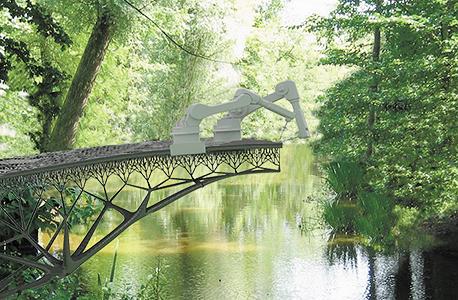 """הדמיה של תהליך ייצור הגשר בשטח, במקרה הזה בטבע ובשיטה שבה הרובוטים עובדים זה לצד זה. """"מרגע שנצא לדרך ועד שנסיים את ההדפסה אמורים לחלוף שלושה חודשים בלבד, אולי אפילו פחות"""""""