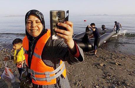 פליטים סורים עולים על סירה לאירופה, צילום: twiiter / DefendWallSt