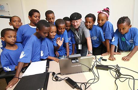 """אדן עם ילדי קייטנה מקריית ים במרכז הפיתוח של אינטל. """"שליש מהזמן מוקדש להתנדבות בחינוך"""""""