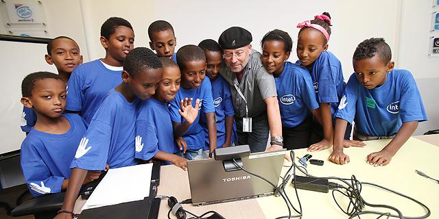 """אדן עם ילדי קייטנה מקריית ים במרכז הפיתוח של אינטל. """"שליש מהזמן מוקדש להתנדבות בחינוך"""", צילום: אלעד גרשגורן"""