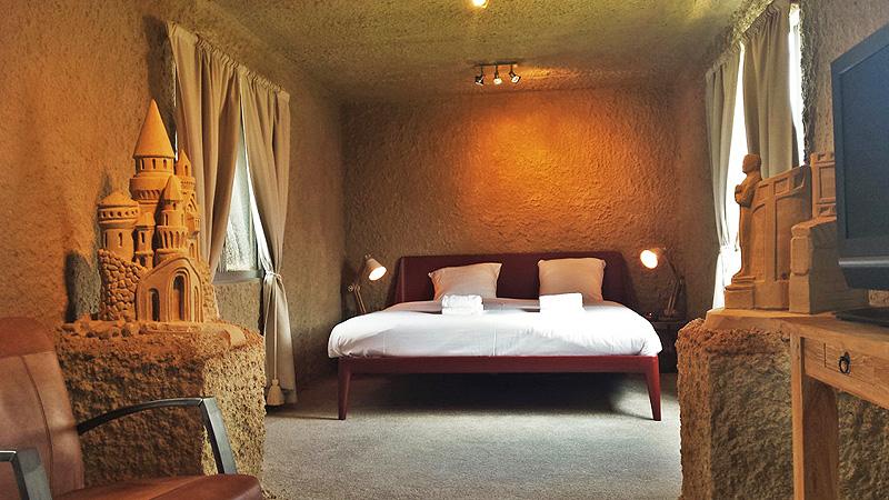 חדר במלון. המבנה הבסיסי עשוי קירות דקים המצופים בחול מחוזק